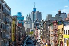Weergeven van kleurrijke en lege straat in Chinatown met de Gemeentelijke Bouw op achtergrond royalty-vrije stock fotografie