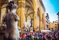 Weergeven van Loggiadei Lanzi in Piazza della Signoria voor Palazzo Vecchio, Flor stock foto's