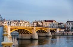 Weergeven van Margaret Bridge over de Donau die door de stralen van de het plaatsen zon wordt aangestoken In Boedapest, Hongarije royalty-vrije stock foto