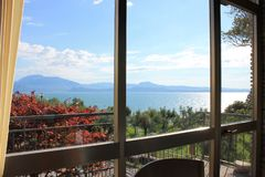 Weergeven van meer Garda Sirmione Italië door het eetkamervenster stock foto