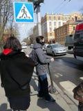 Weergeven van mensen voor een voetgangersoversteekplaats royalty-vrije stock afbeelding