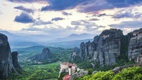Weergeven van Meteora-vallei bij dag, met mooie wolken, over Rousanou-klooster en St Nicholas Anapausas klooster, Kastraki, Kal stock videobeelden