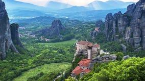 Weergeven van Meteora-vallei bij dag, met verre zonnestralen en mooie wolken, over Rousanou-klooster en St Nicholas Anapausas mon stock video