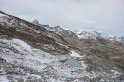 Weergeven van Monte Moro-pas aan bergketen dichtbij Stausee-meer i stock fotografie