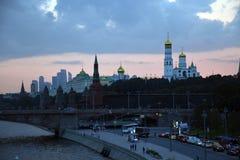 Weergeven van Moskou het Kremlin van Zaryadye-park in Moskou royalty-vrije stock afbeeldingen