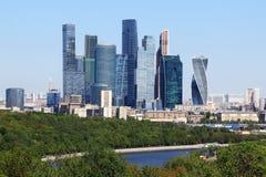 Weergeven van Moskou van het observatiedek op de Vorbyevy-Heuvels van de bergenmus In het centrum is de Stad van Moskou royalty-vrije stock afbeeldingen