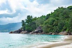Weergeven van ??n van de stranden van Maya Island in de Seychellen in de Indische Oceaan stock afbeelding