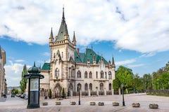Weergeven van neogotisch Jakab-paleis met smaragdgroen dak in Oude stad in Kosice SLOWAKIJE royalty-vrije stock fotografie