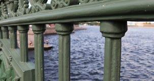 Weergeven van Neva River door de omheining van de brug stock video
