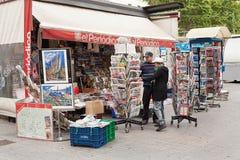 Weergeven van newsagent box het verkopen stock afbeeldingen