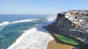 Weergeven van oceaangolven op strand dichtbij het kleine dorp Azenhas do Mar van Portugal stock videobeelden