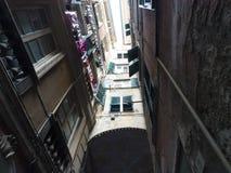 Weergeven van onderaan naar de hemel in de stegen, typische smalle straten in het centrum van Genua stock afbeelding