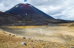 Weergeven van Onderstel Ngauruhoe - zet Noodlot van de Alpiene Kruisende stijging van Tongariro met hierboven wolken op stock afbeeldingen