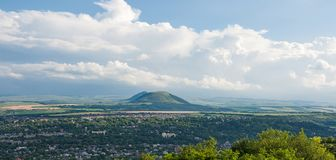 Weergeven van onderstel Yutsa en een panorama van de vallei van Elbrus met het hoge punt van Tau van bergbesh Kaukasische Mineral royalty-vrije stock afbeeldingen