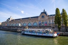 Weergeven van Orsay-Museum van Rivierzegen in Parijs, Frankrijk royalty-vrije stock foto's