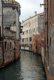 Weergeven van oude gebouwen en smal kanaal in Cannaregio, Veneti? stock afbeelding