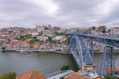 Weergeven van Oude Porto stad en Ribeira over Douro-rivier in Porto, Portugal royalty-vrije stock afbeeldingen