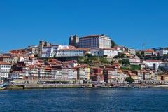 Weergeven van oude Porto waterkant naast Douro-Rivier in Portugal royalty-vrije stock foto