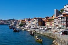 Weergeven van oude Porto waterkant naast Douro-Rivier in Portugal stock afbeelding