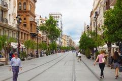 Weergeven van oude straat met oude huizen in stadscentrum van Sevilla royalty-vrije stock foto's