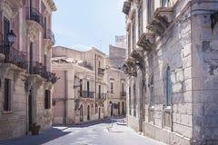 Weergeven van oude straat, voorgevels van oude gebouwen in het Eiland van Ortygia Ortigia, Syracuse, Sicilië, Italië, traditionel stock foto's