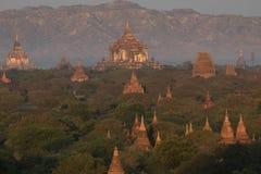 Weergeven van oude tempels in mistige ochtend, zonsopgang in Bagan, Myanmar (Birma stock afbeelding