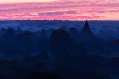 Weergeven van oude tempels in mistige ochtend, zonsopgang in Bagan, Myanmar (Birma stock fotografie