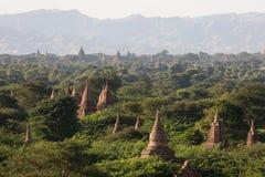 Weergeven van oude tempels in mistige ochtend, zonsopgang in Bagan, Myanmar (Birma royalty-vrije stock foto