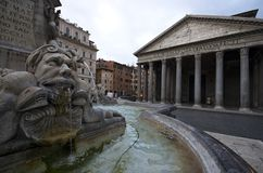Weergeven van Pantheon achter de fontein in de ochtend, Rome/Italië stock foto's