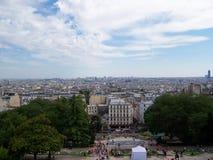 Weergeven van Parijs van de bergen aan de Basiliek van Sacre Coeur in de zomerdag stock foto's