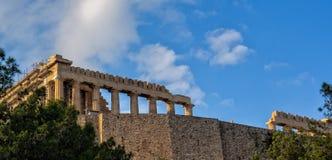 Weergeven van Parthenon omhoog de heuvel van Akropolis, Athene, Griekenland stock afbeeldingen
