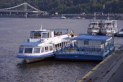 Weergeven van plezierboten die aan de pijler van riverport worden vastgelegd stock afbeeldingen