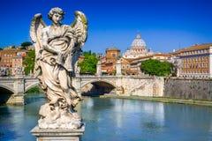 Weergeven van Ponte Sant Angelo op Tiber in Rome, Italië stock foto's