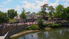 Weergeven van promenade op Liberty Square-gebied bij Magisch Koninkrijk stock videobeelden
