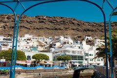 Weergeven van Puerto DE Mogan traditioneel Spaans dorp in het eiland van Gran Canaria met oude witte huizen en bergen in backgrou royalty-vrije stock afbeeldingen