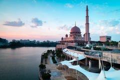 Weergeven van Putra-Moskee tijdens tijdens zonsondergang De richtlijn van het landschap royalty-vrije stock fotografie