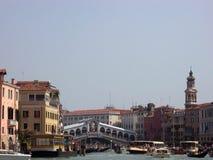 Weergeven van Rialto-brug en Groot kanaal stock foto's