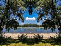 Weergeven van Rijn-rivier van het Rheinaue-park in Bonn, Duitsland stock foto