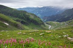 Weergeven van Rohtang-pas bij mooie groene vallei, Himachal Pradesh royalty-vrije stock afbeeldingen