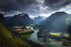 Weergeven van Romsdalstrappa naar Romsdalen-vallei De zomer in Noorwegen royalty-vrije stock afbeeldingen