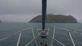 Weergeven van rotsachtige eilanden en de klippen van het boog de varende schip in oceaanwater Zeegezicht terwijl cruise stock videobeelden