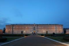 Weergeven van Royal Palace van ingang van Di Caserta van Caserta Reggia de voor hoofd bij Nacht stock foto