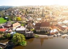 Weergeven van Sazava-Rivier en St Peter en van Paul Kerk van Ledec-Kasteel, Ledec-nad Sazavou, Tsjechische Republiek royalty-vrije stock afbeeldingen