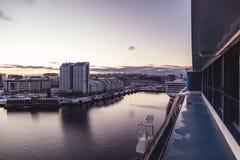 Weergeven van Silja Symphony bij haven in Värtan met Tallinks Victoria 1 en Scandic-hotel royalty-vrije stock afbeeldingen