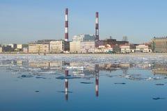 Weergeven van Sinopskaya-Dijk, April-middag St Petersburg, Rusland royalty-vrije stock fotografie