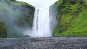 Weergeven van Skogafoss-waterval in regenachtige dag stock footage
