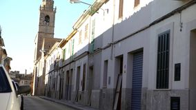 Weergeven van smalle straten van Europese stad in de zomer Art Smalle straat met geparkeerde auto's en oude huizen op achtergrond stock videobeelden