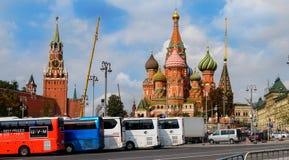 Weergeven van St de Kathedraal van het Basilicum, Spasskaya-toren van de rivier van Moskou Kremlinw stock foto's