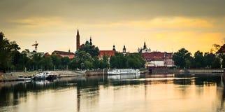 Weergeven van St John de Doopsgezinde kathedraal en andere historische gebouwen van de rivier van Oder Odra stock afbeelding