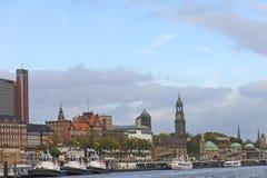 Weergeven van St Pauli Piers, één van de belangrijke toeristische attracties van Hamburg Hamburg, Duitsland royalty-vrije stock afbeeldingen